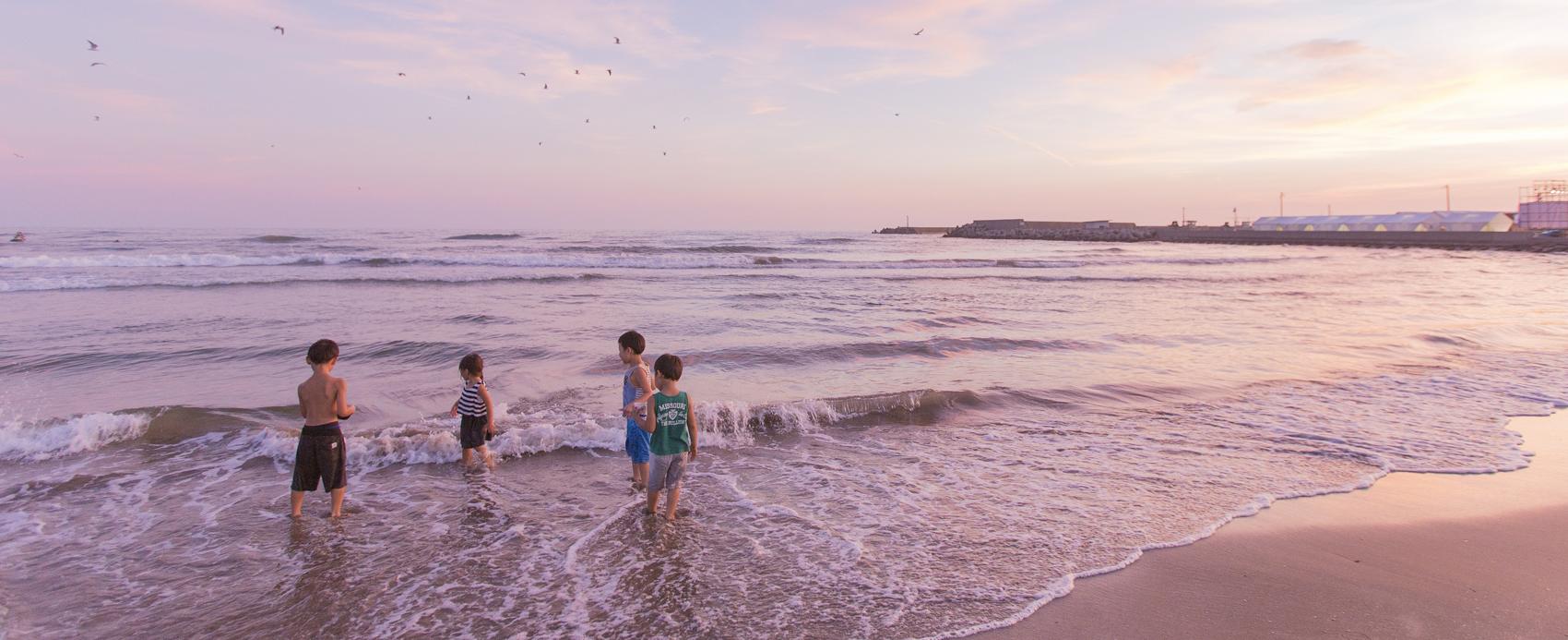 海で遊ぶ子供達の様子